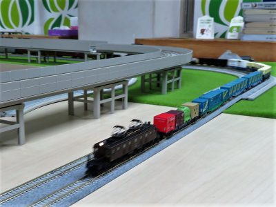 貨物列車と思いきや