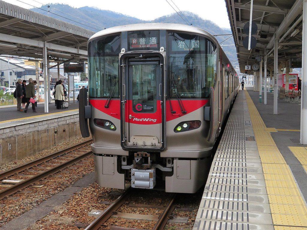 糸崎駅に停車中の岩国行き227系普通列車