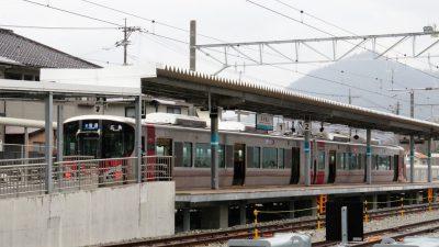 可部線・あき亀山駅に停車中の227系電車(2両編成)