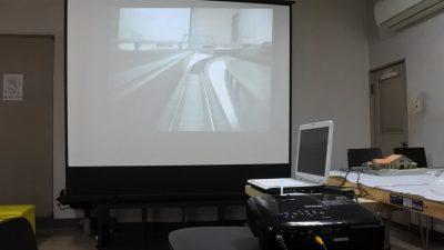 カメラカーの映像をプロジェクターで投影して迫力の前面展望を楽しむ